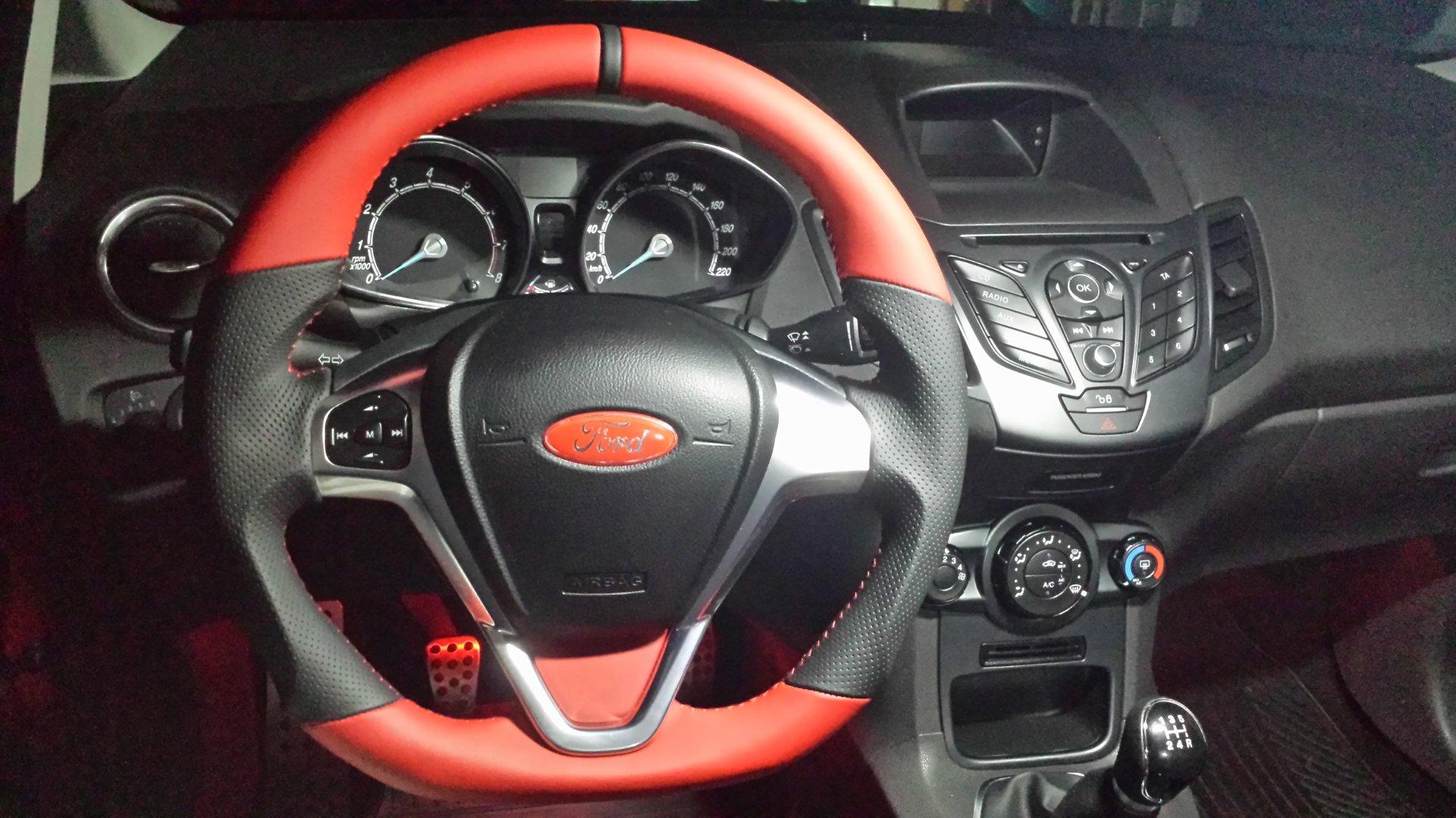 Ford Fiesta VII (2018-05-08) - Lederlenkrad u. Ford-Emblem Gel Badge rot.jpg
