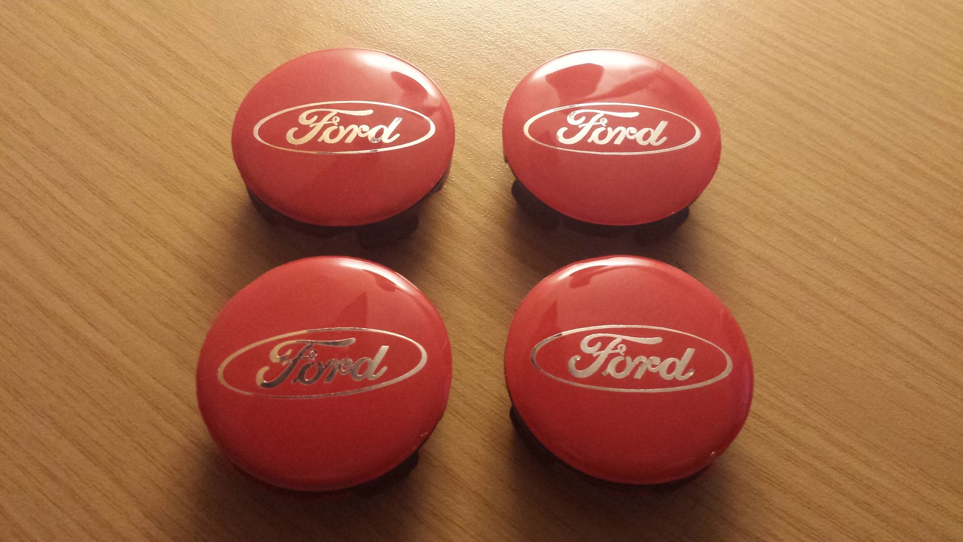 Ford Fiesta VII (2018-09-24) - Ford-Emblem Gel Badges - Gel Overlays an Nabendeckel Rot (4x).jpg