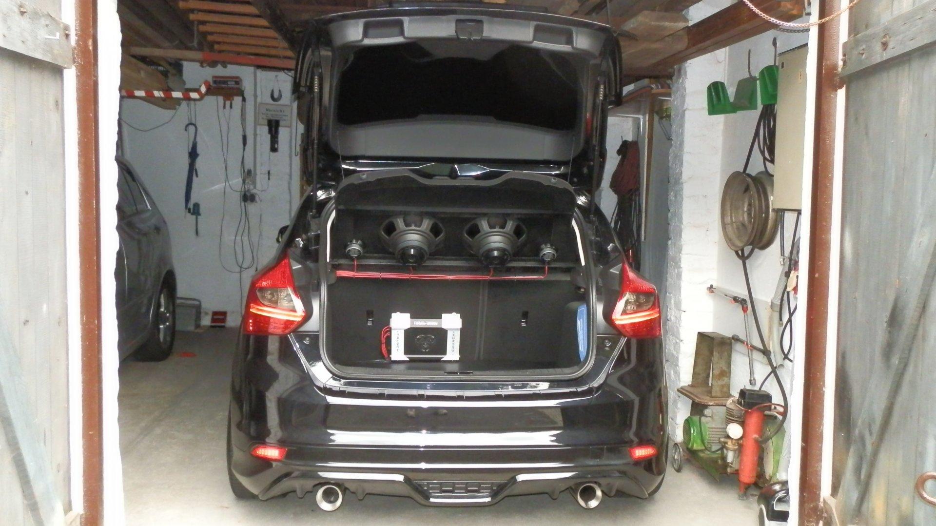 Ford Focus III (2016-06-30) - Verkleidung Heckklappe ST Charcä m. Endstufe u. Lautsprecher.JPG
