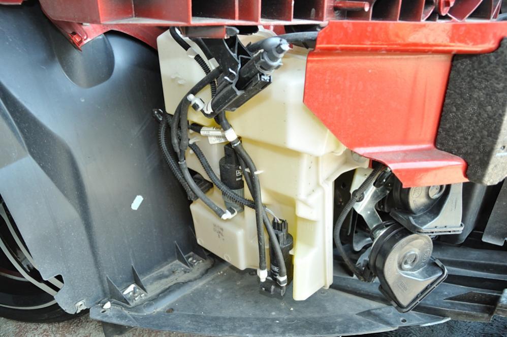 Ford Focus III - Behälter f. Waschwasservorrat u. Pumpen.jpg