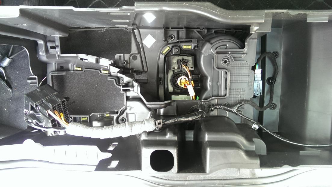 Ford Focus III - Mittelkonsole von unten.jpg
