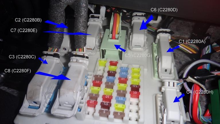 Ford Focus III - Sicherungskasten Fahrgastraum und Stecker.jpg